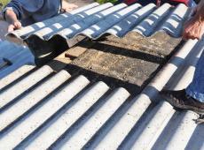 Mannen verwijderen asbest