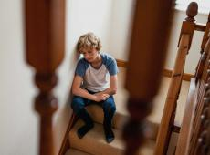 Verdrietige jongen op trap
