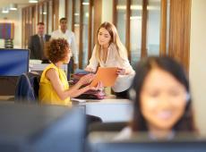 Mensen aan het werk op kantoor