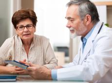 Vrouw op consultatie bij de dokter