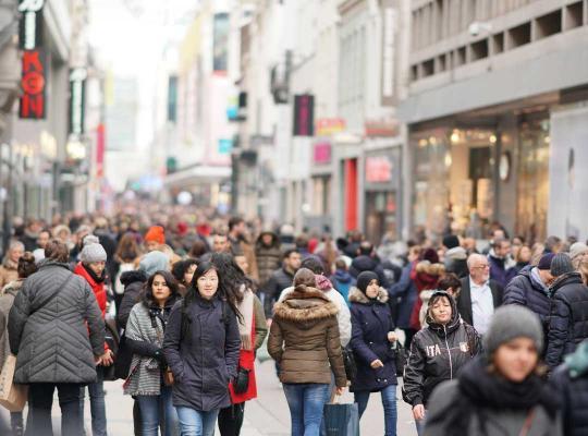 Drukke winkelstraat in Brussel